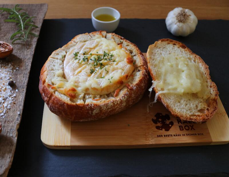 Gebackener Camembert im Brotmantel